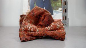 pajarita estampada naranja marrón con pañuelo 2019 conecta