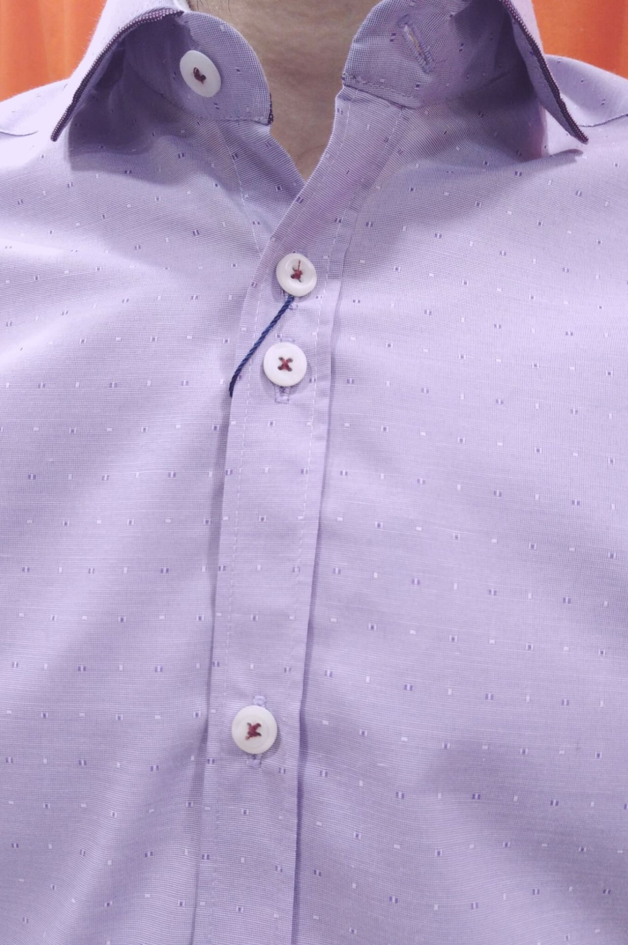 camisa con topitos malva