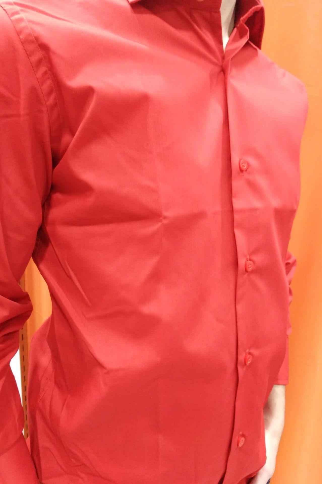 camisa lisa roja derecha