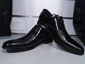 Zapato de vestir con relieve en negro