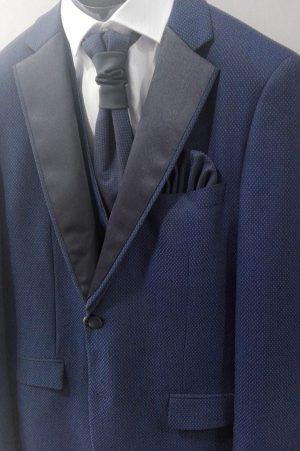 Traje de ceremonia azul marino con solapas en negro