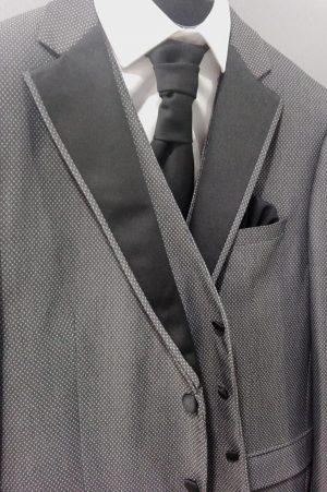 Traje de ceremonia gris con solapa negra