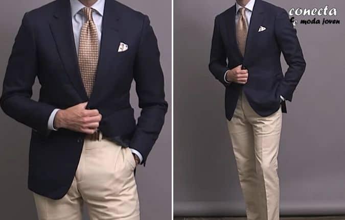 Chaqueta azul marino con pantalón chino beige claro
