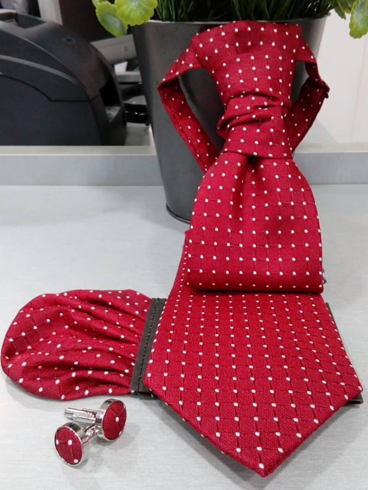 Corbata roja con dibujo con pañuelo Conecta Moda Joven Granada