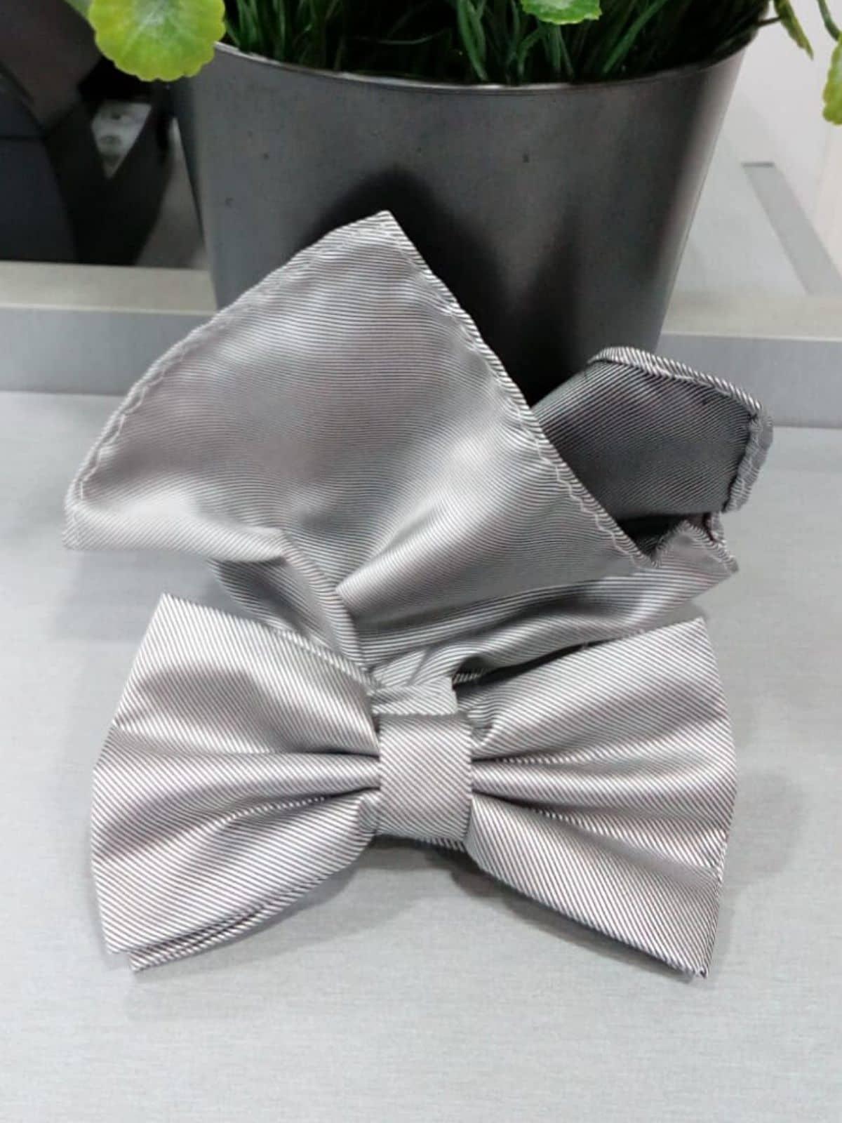 Pajarita gris con pañuelo Conecta Moda Joven Granada
