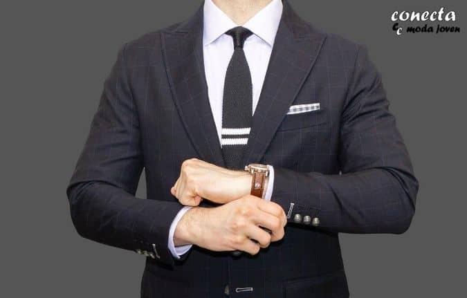 Pañuelo a juego con traje y corbata