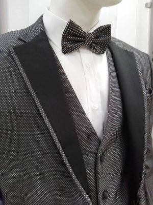 Traje de ceremonia gris con solapas negras