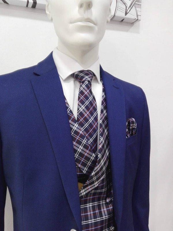Traje azul liso con chaleco